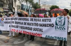 Médicxs se manifiestan en contra de la privatización del sector salud y en apoyo a la CNTE